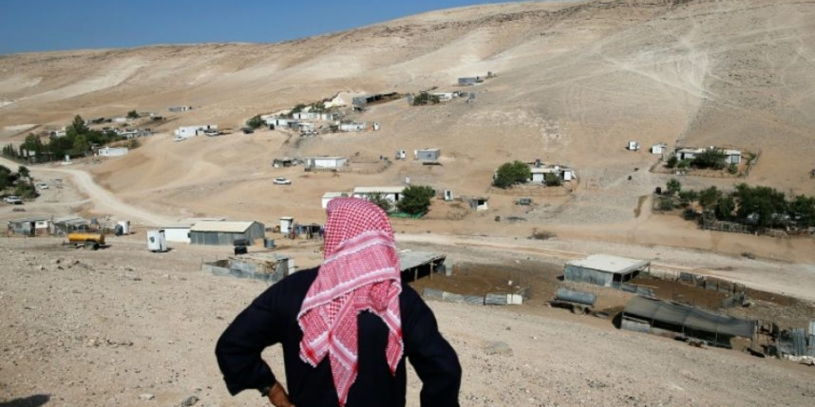 El beduino Abu Yusef, observa desde una colina su casa en la localidad de Wadi Abu Hindi, cerca de Al Azariya, en la Cisjordania ocupada, el 10 de octubre de 2016 Foto:Ahmad Gharabli/afp.com