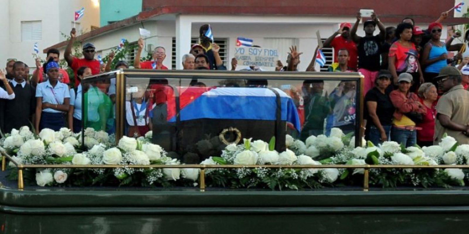La urna con las cenizas del fallecido líder cubano Fidel Castro son trasladadas el 4 de diciembre de 2016 desde la Plaza de la Revolución de Santiago al cementerio Foto:Yamil Lage/afp.com
