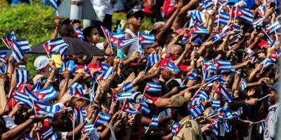 Decenas de personas enarbolan banderas cubanas al paso del cortejo con las cenizas del expresidente cubano Fidel Castro, el 3 de diciembre de 2016 en Santiago de Cuba Foto:Juan Barreto/afp.com