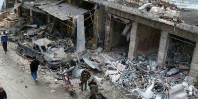Varias personas inspeccionan los daños provocados por un bombardeo aéreo en Maaret al Numan, en la provincia siria de Idlib, el 4 de diciembre de 2016 Foto:Mohamed al Bakour/afp.com