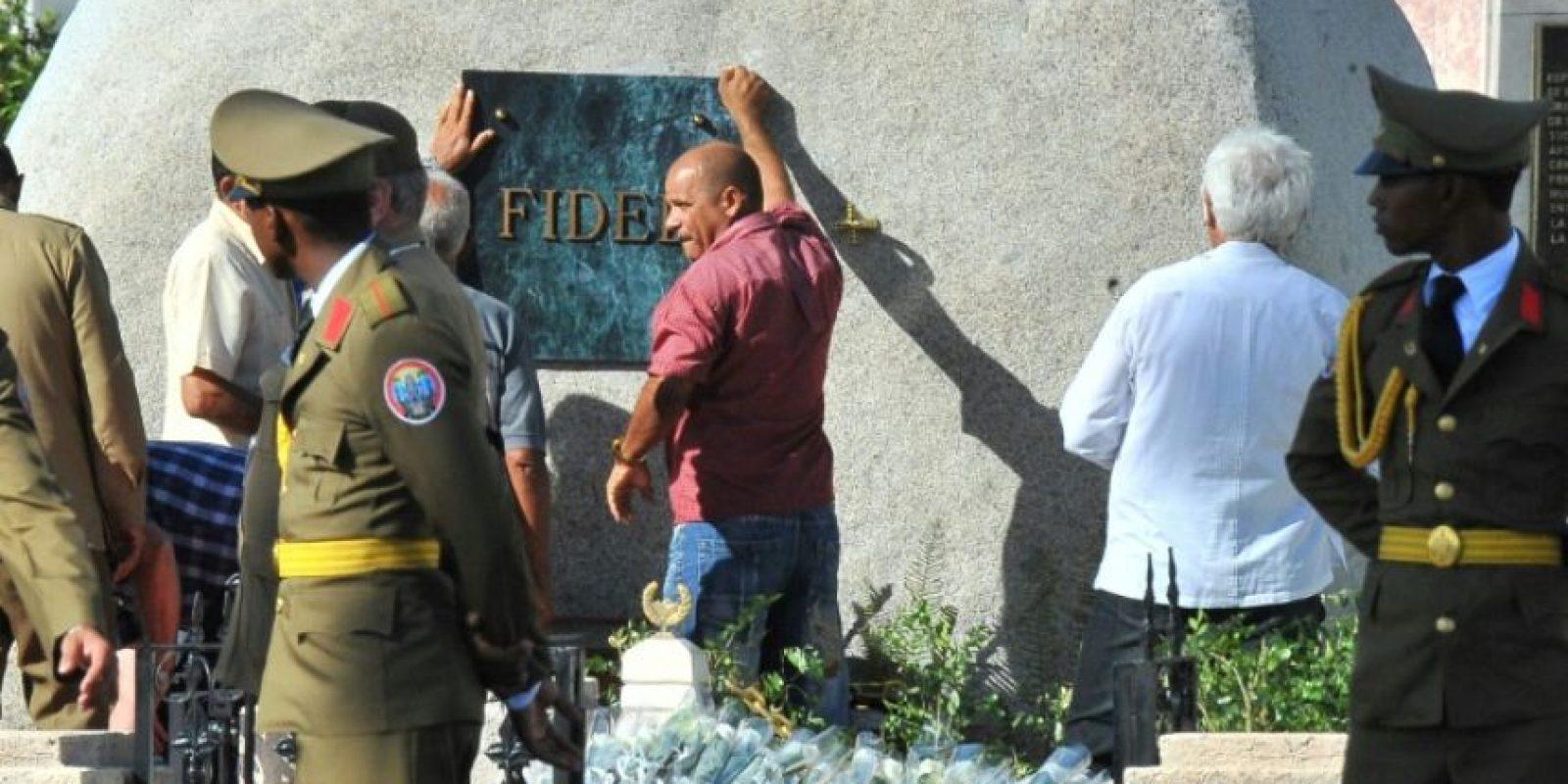 Unos trabajadores colocan una placa con el nombre del líder de la Revolución cubana, Fidel Castro, en el mausoleo en el que depositadas sus cenizas, en el cementerio Santa Ifigenia de Santiago de Cuba, el 4 de diciembre de 2016 Foto:Yamil Lage/afp.com