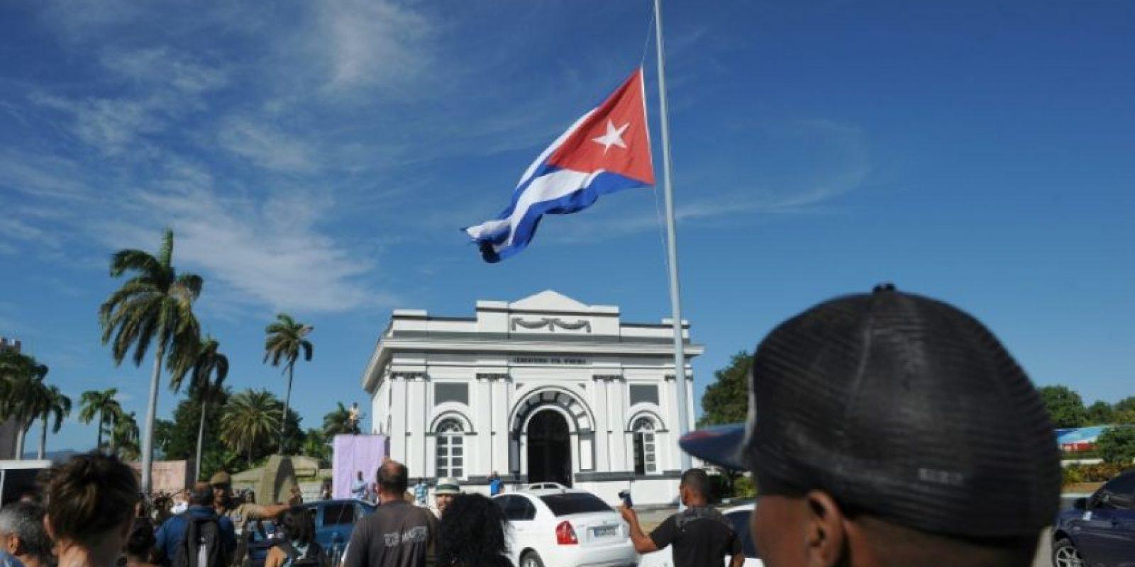Varias personas a las puertas del cementerio Santa Ifigenia de Santiago de Cuba durante el entierro de las cenizas del expresidente Fidel Castro, el 4 de diciembre de 2016 Foto:Yamil Lage/afp.com