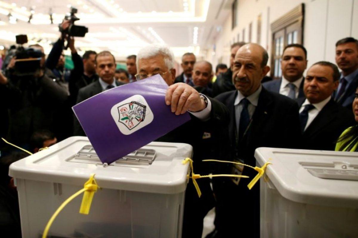 El presidente de la Autoridad Palestina, Mahmud Abas (c), vota en las elecciones a los órganos de gobierno de Fatah, el 3 de diciembre de 2016 en Ramala, en la Cisjordania ocupada Foto:Ahmad Gharabli/afp.com