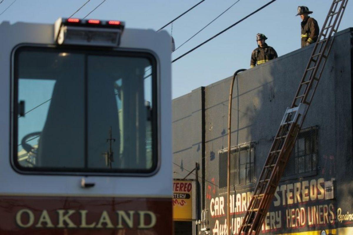 Bomberos de Oakland, en California, inspeccionan el almacén en el que se registró un mortal incendio durante una fiesta, el 3 de diciembre de 2016 Foto:Elijah Nouvelage/afp.com