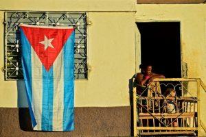 Unos cubanos se asoman a un balcón en Santiago para ver el paso del cortejo fúnebre con las cenizas de Fidel Castro rumbo al cementerio el 4 de diciembre de 2016 Foto:Ronaldo Schemidt/afp.com