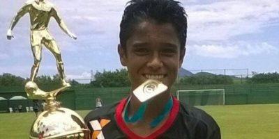 Junto con sus compañeros, Saraiva Valencia celebró con el trofeo como campeón en su categoría. Foto:Cortesía Luis Valencia