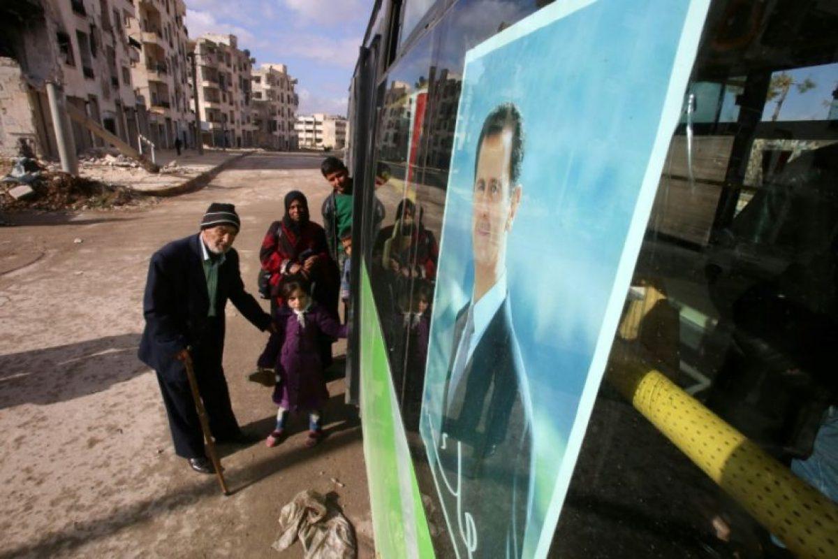 Unos sirios abordan un autobús en la parada de Razi, en el barrio de Jamiliye del centro de Alepo, para cruzar al este de la ciudad, el 3 de diciembre de 2016 Foto:Youssef Karwashan/afp.com