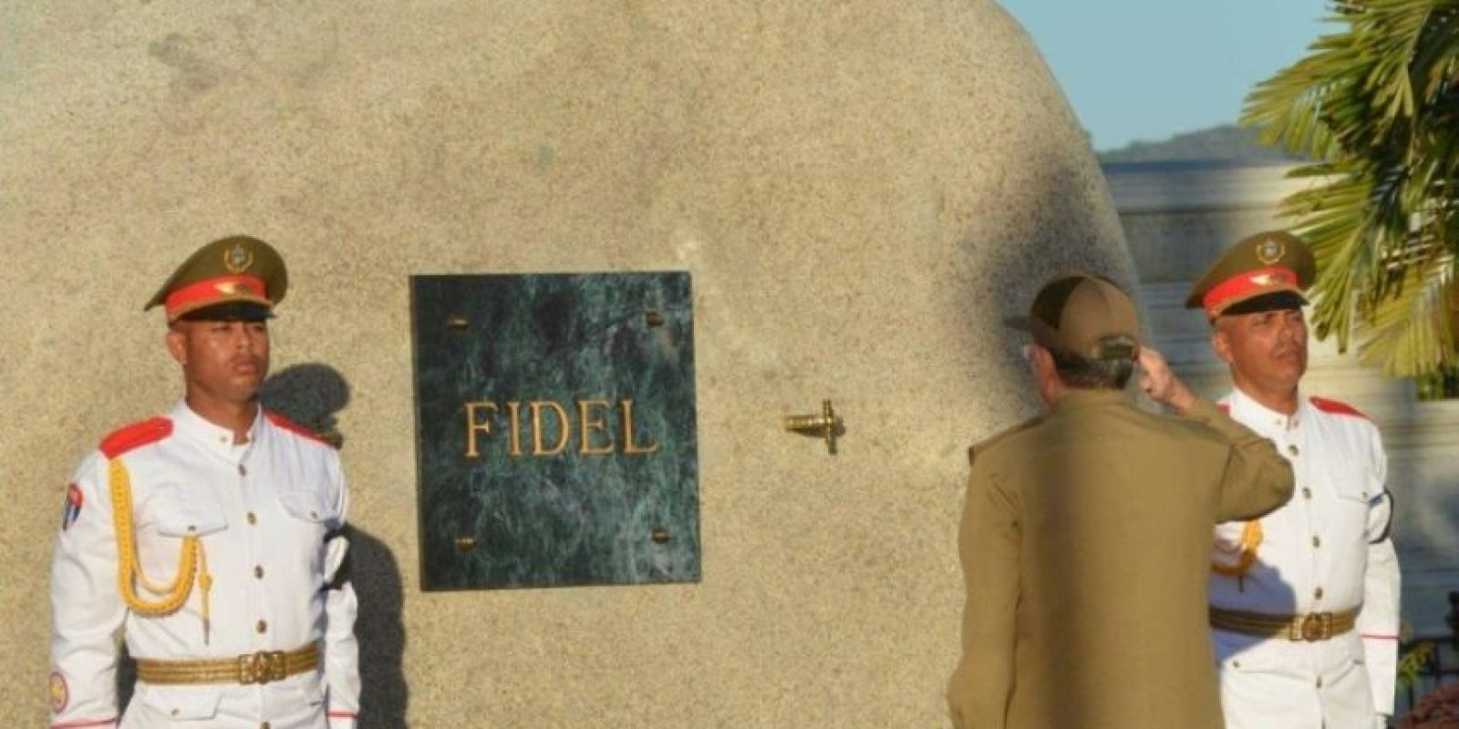 El presidente cubano, Raúl Castro, se despide de su hermano Fidel tras depositar la urna con sus cenizas en un mausoleo del cementerio de Santa Ifigenia, en Santiago de Cuba, el 4 de diciembre de 2016 Foto:Marcelino Vázquez/afp.com