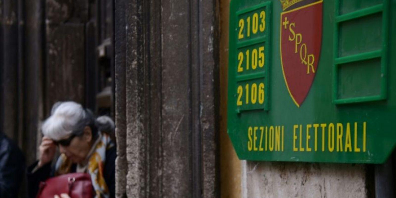 Una mujer sale de una sede electoral después de votar en un referéndum sobre reformas constitucionales, el 4 de diciembre de 2016, en Roma. Foto:Filippo MONTEFORTE /afp.com