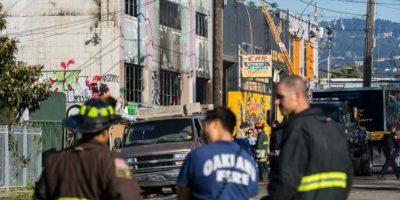 Tres bomberos, fotografiados el 3 de diciembre de 2016 frente a la bodega de Oakland (California, EEUU) utilizada por un grupo de artistas donde se desató un incendio durante una fiesta Foto:Nick Otto/afp.com