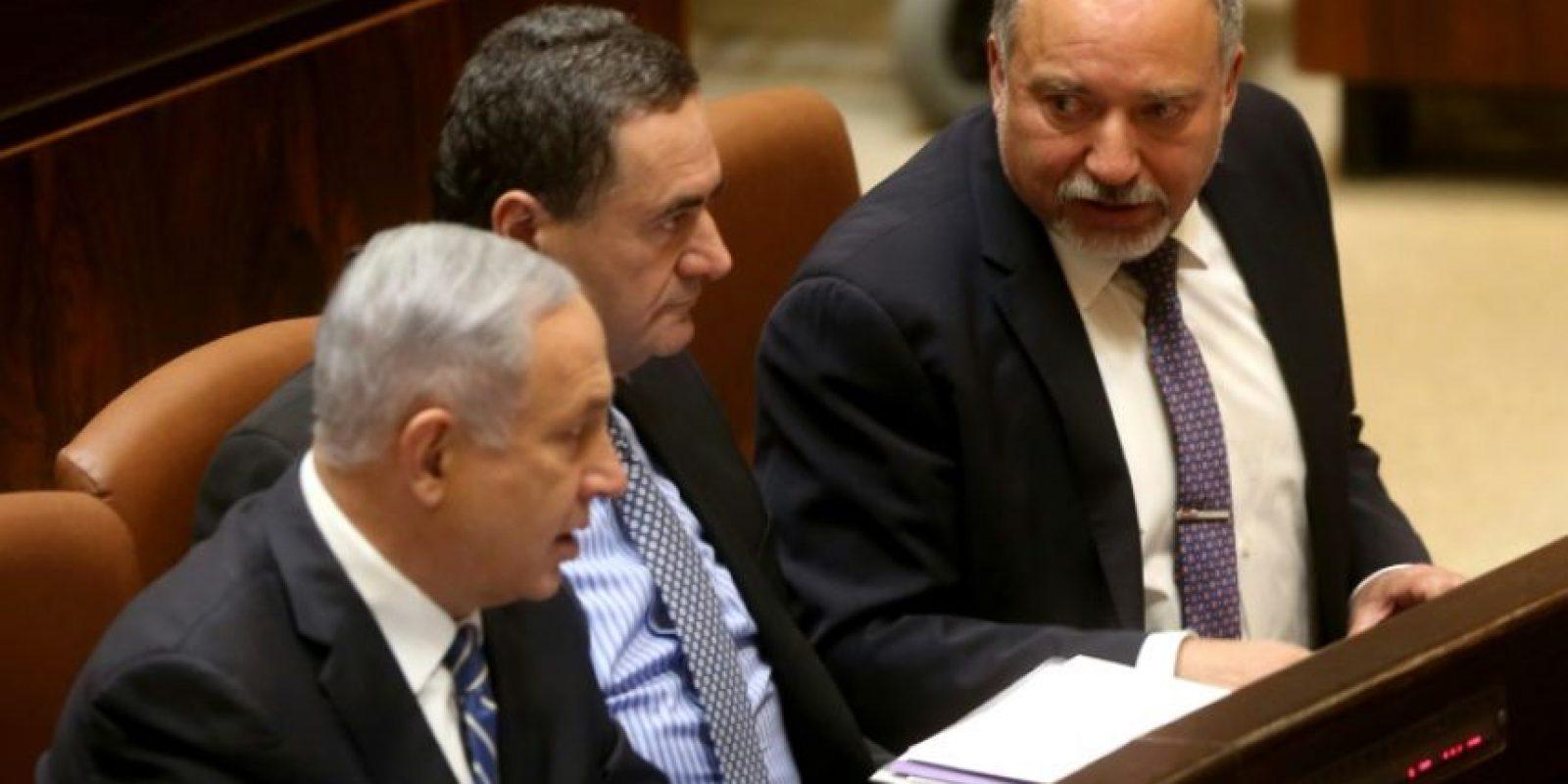 El primer ministro israelí, Benjamin Netanyahu (i), sentado junto a sus ministros de Defensa, Avigdor Lieberman (d), y Transporte, Yisrael Katz, en una sesión en la Knesset (parlamento), en Jerusalén, el 30 de mayo de 2016 Foto:Menahem Kahana/afp.com