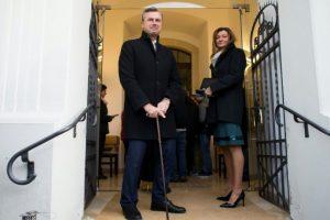 El candidato ultraderechista a la presidencia de Austria, Norbert Hofer, del Partido de la Libertad de Austria (FPÖ), llega a una iglesia protestante en Pinkafeld, acompañado por su esposa, Verena, el 4 de diciembre de 2016 Foto:Vladimir Simicek/afp.com