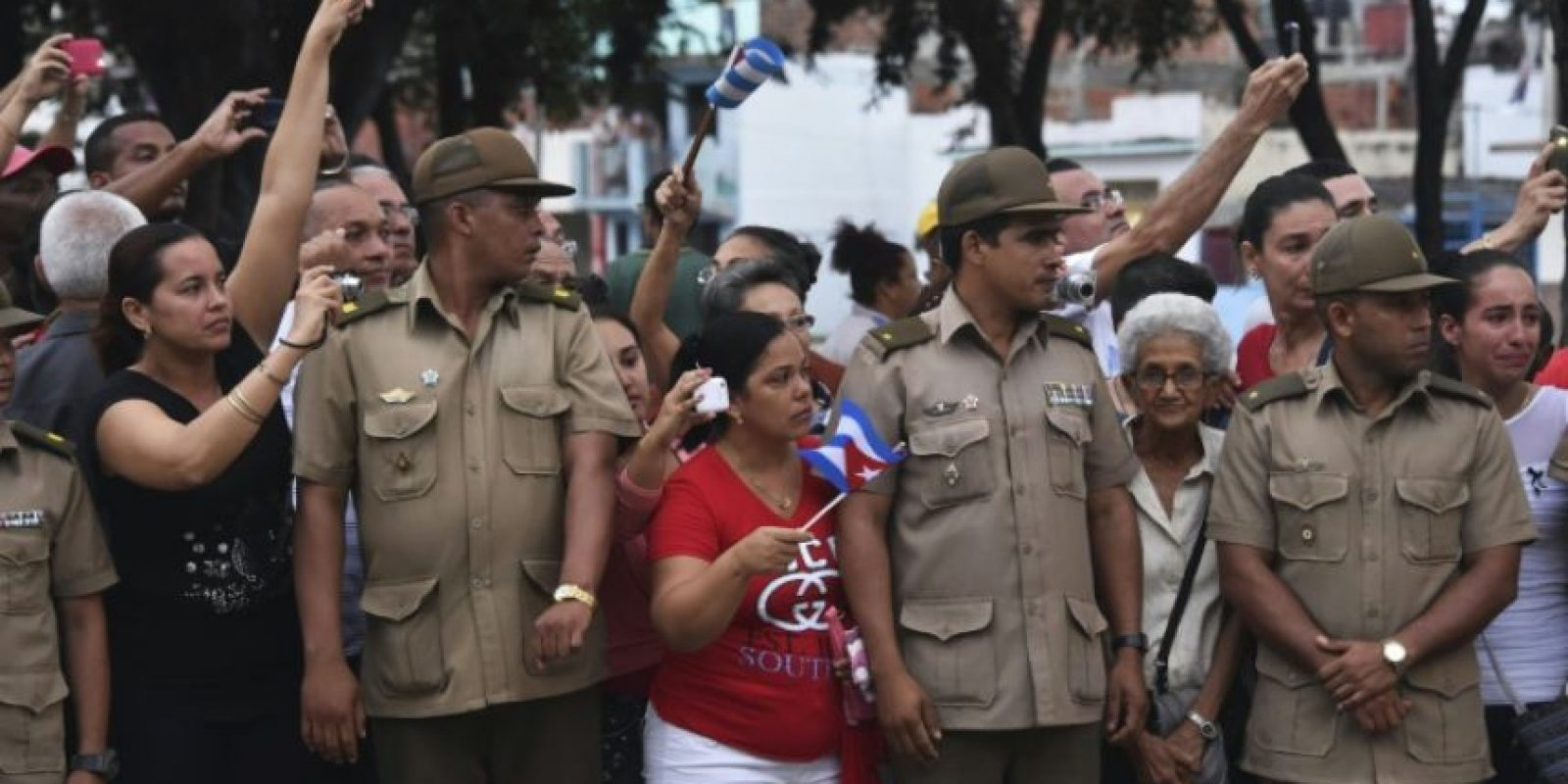 Varias personas dan su último adiós a la urna con las cenizas del expresidente cubano Fidel Castro, el 3 de diciembre de 2016 a su paso por Bayamo Foto:Rodrigo Arangua/afp.com