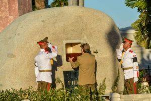 El presidente cubano, Raúl Castro, deposita la urna con las cenizas de su hermano Fidel en el mausoleo del cementerio de Santa Ifigenia, en Santiago de Cuba, el 4 de diciembre de 2016 Foto:Marcelino Vázquez/afp.com