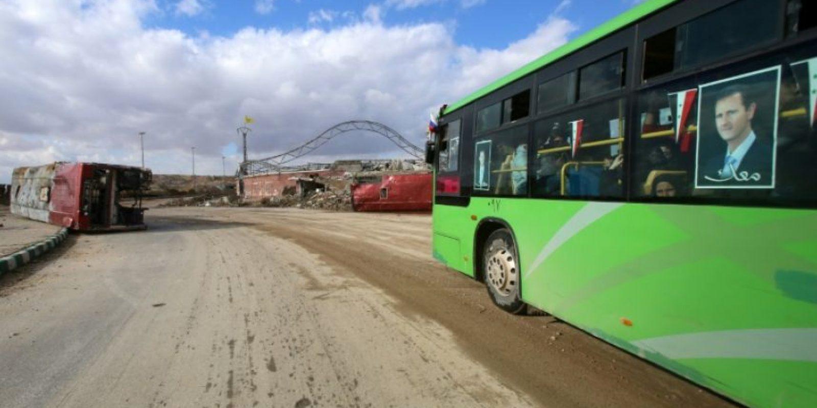 Un autobús traslada a civiles sirios desde el oeste de Alepo al este, pasando por el barrio de Al Jandul, el 3 de diciembre de 2016 Foto:Youssef Karwashan/afp.com