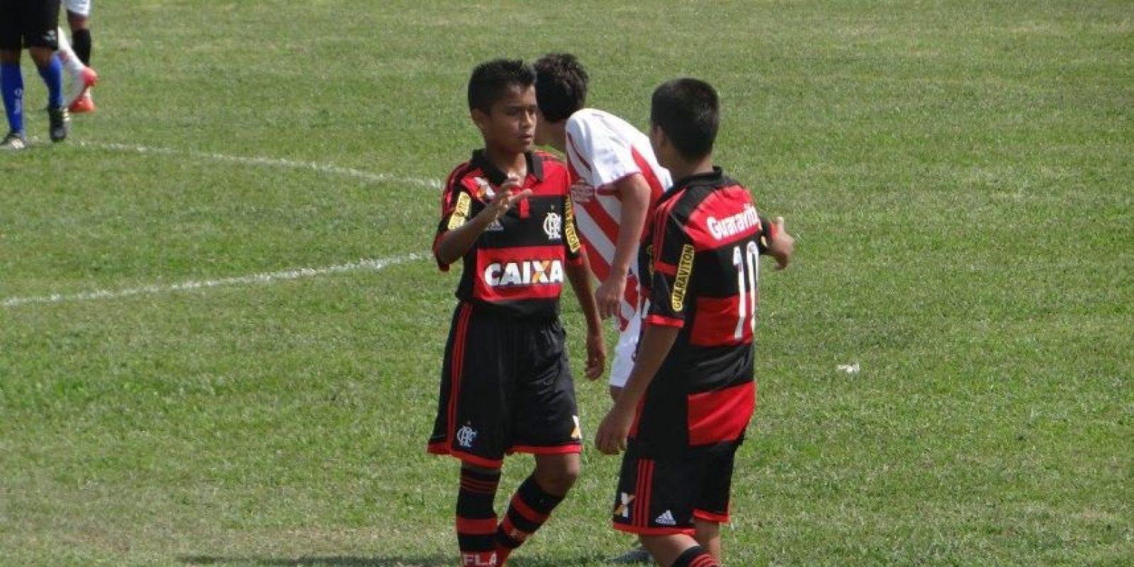 Junto con sus compañeros, Saraiva Valencia celebró con el trofeo como campeón en su categoría. Foto:Cortesía Marcelo Saraiva