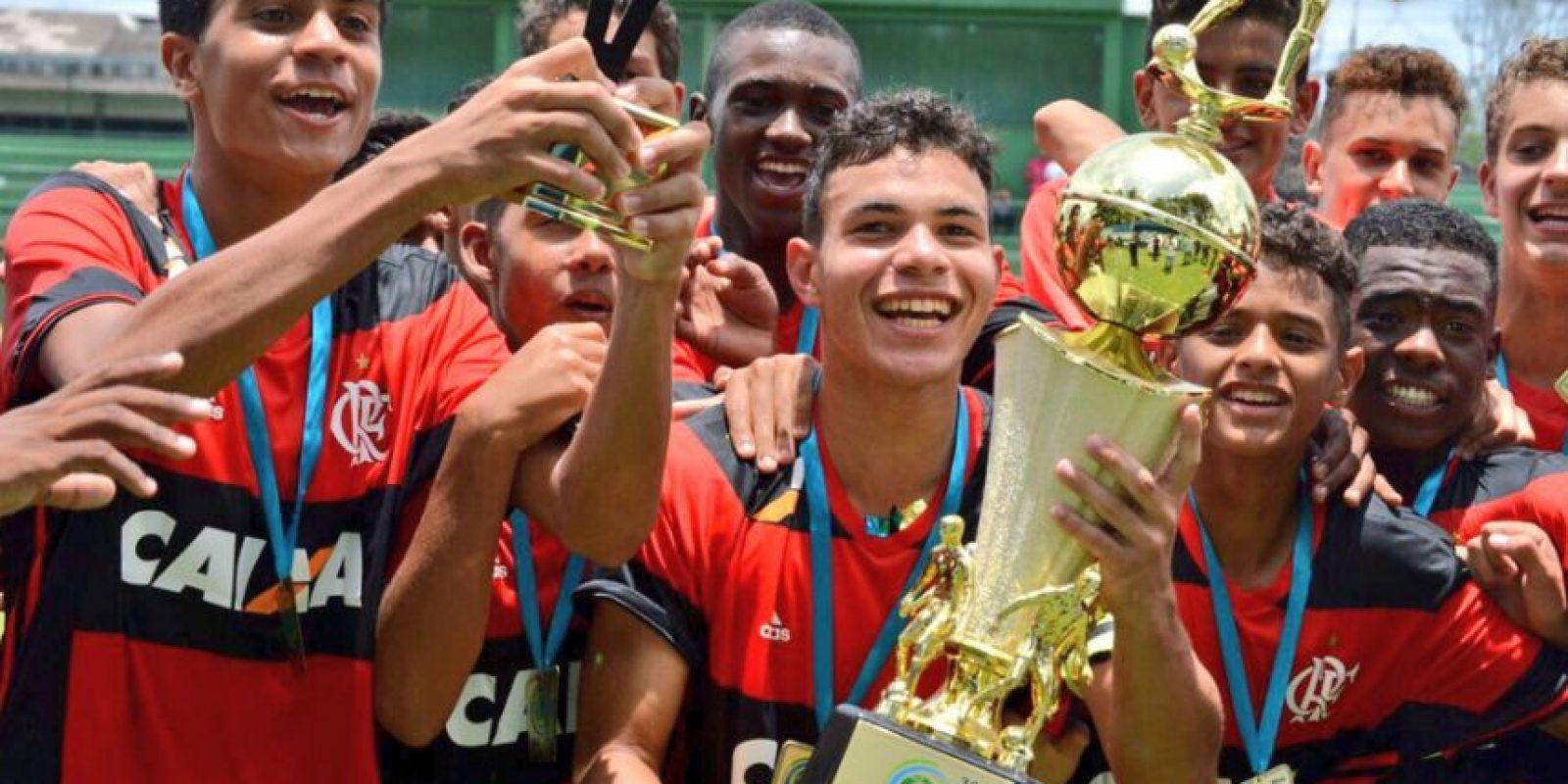 Junto con sus compañeros, Saraiva Valencia celebró con el trofeo como campeón en su categoría. Foto:Marcos Faria – club Flamengo