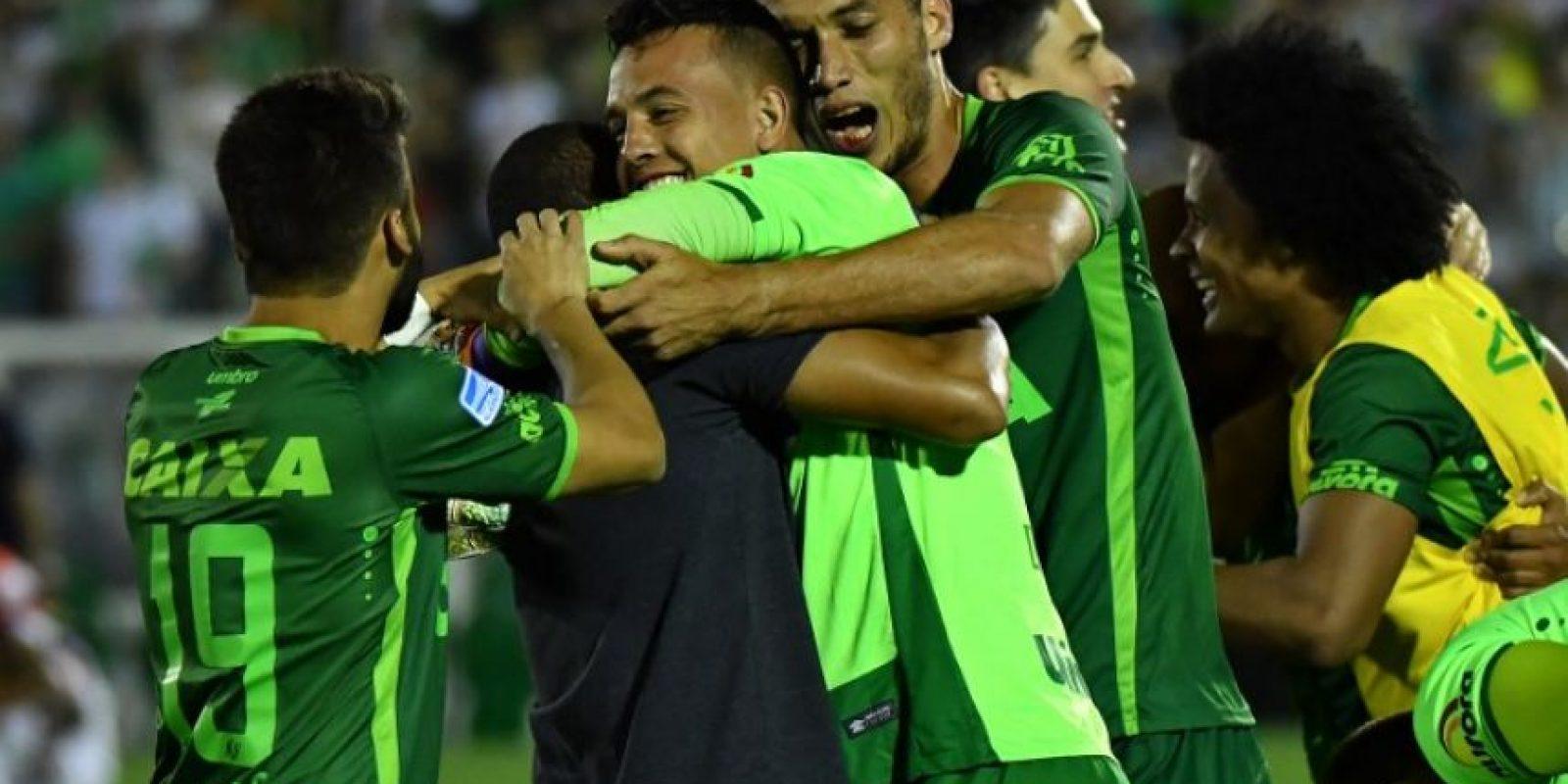 El Chapecoense pasó, en las circunstancias menos deseadas, a ser el club de futbol más popular del mundo. Foto:AFP