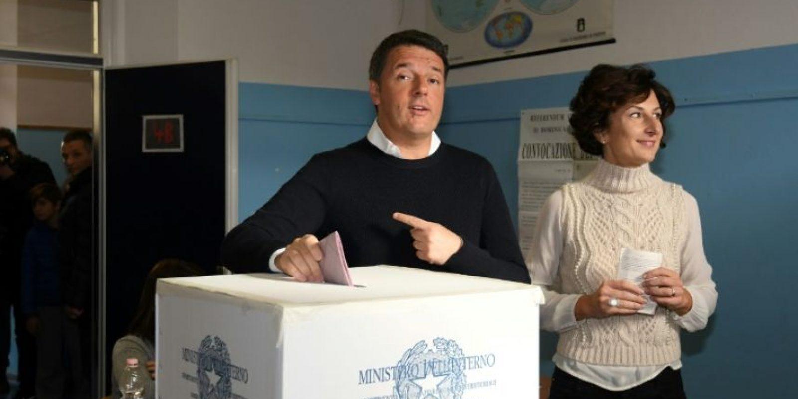El primer ministro italiano, Matteo Renzi, y su esposa, Agnese Landini, votan en el referéndum sobre la reforma constitucional en Italia, el 4 de diciembre de 2016 en Florencia Foto:Claudio Giovannini/afp.com