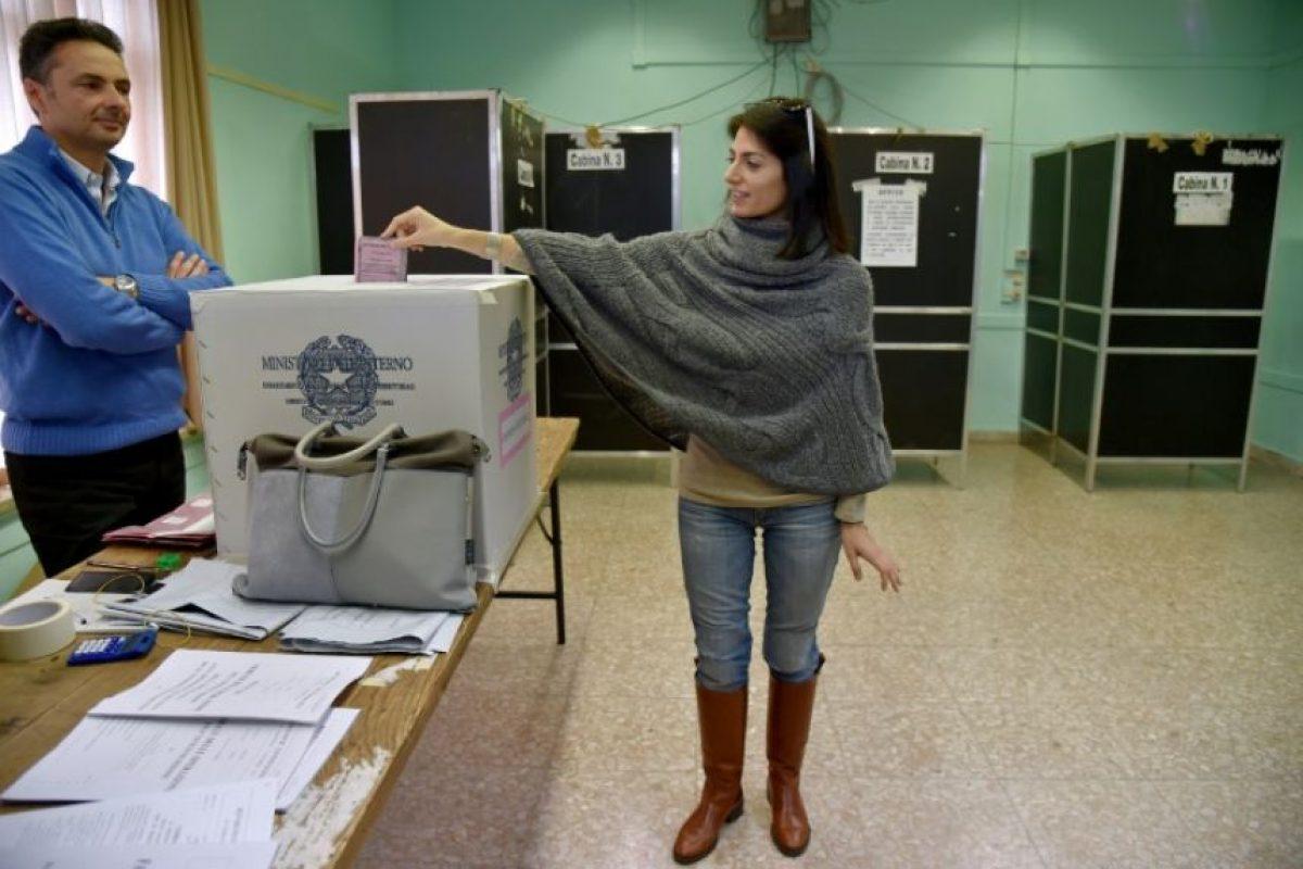 La alcaldesa de Roma, Virginia Raggi, vota en el referéndum sobre la reforma constitucional el 4 de diciembre de 2016 en la capital italiana Foto:Andreas Solaro/afp.com