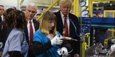 El presidente y el vicepresidente electo de EEUU, Donald Trump (d) y Mike Pence, respectivamente, visitan una compañía de aire acondicionado y calefacción en Indianápolis (Indiana) el 1 de diciembre de 2016 Foto:Timothy A. Clary/afp.com
