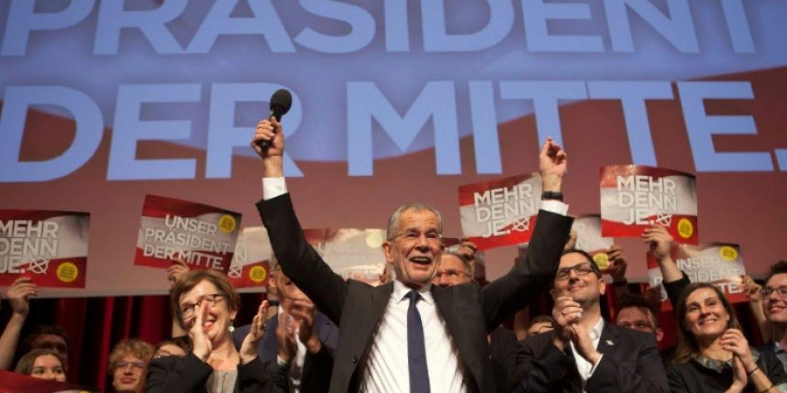El candidato presidencial ecologista austríaco Alexander Van der Bellen celebra con partidarios su victoria en las elecciones, en Viena, el 4 de diciembre de 2016. Foto:Alex Halada/afp.com