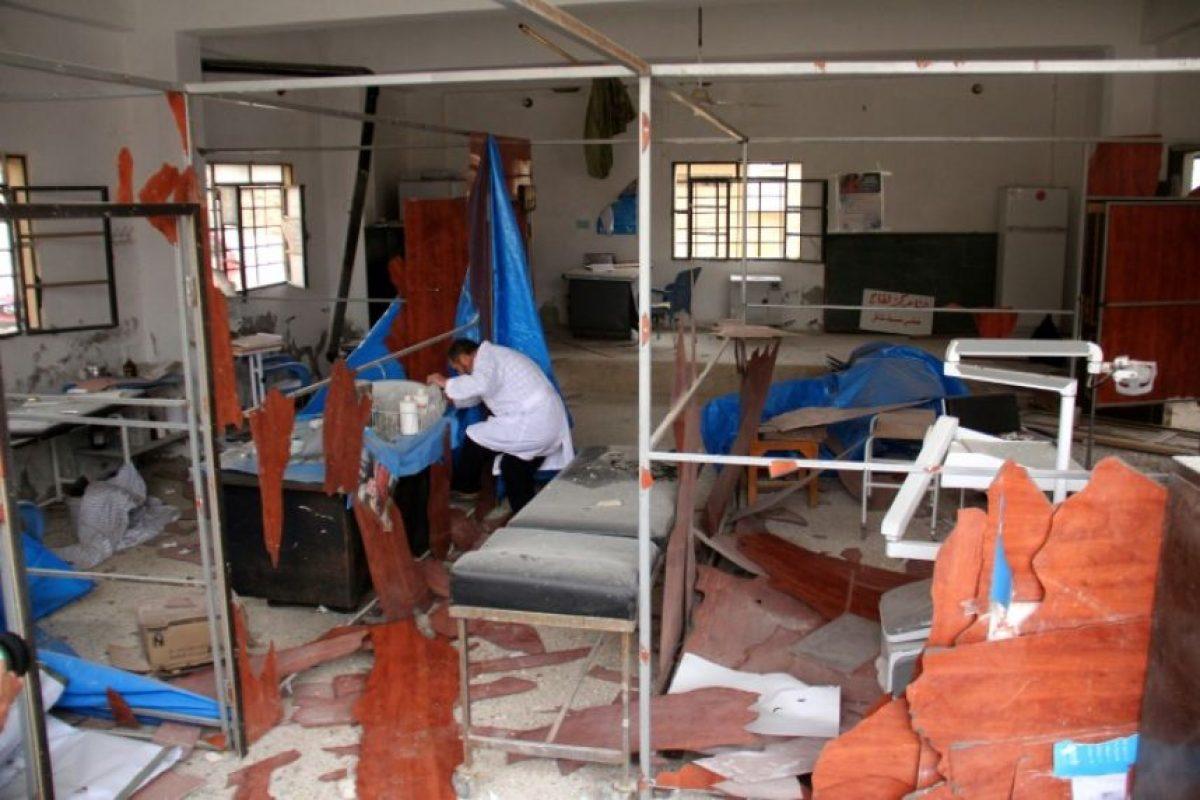 Un hombre comprueba el 5 de diciembre de 2016 los daños sufridos en una clínica en la ciudad de Binnish, en la provincia siria de Idlib por un bombardeo Foto:Omar Haj Kadour/afp.com