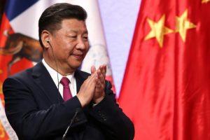 El presidente de China, Xi Jinping (I) aplaude el discurso de la presidenta de Chile, Michelle Bachelet, en rueda de prensa tras la firma de acuerdos bilaterales en el Palacio La Moneda, en Santiago, el 22 de noviembre de 2016. Foto:CLAUDIO REYES/afp.com