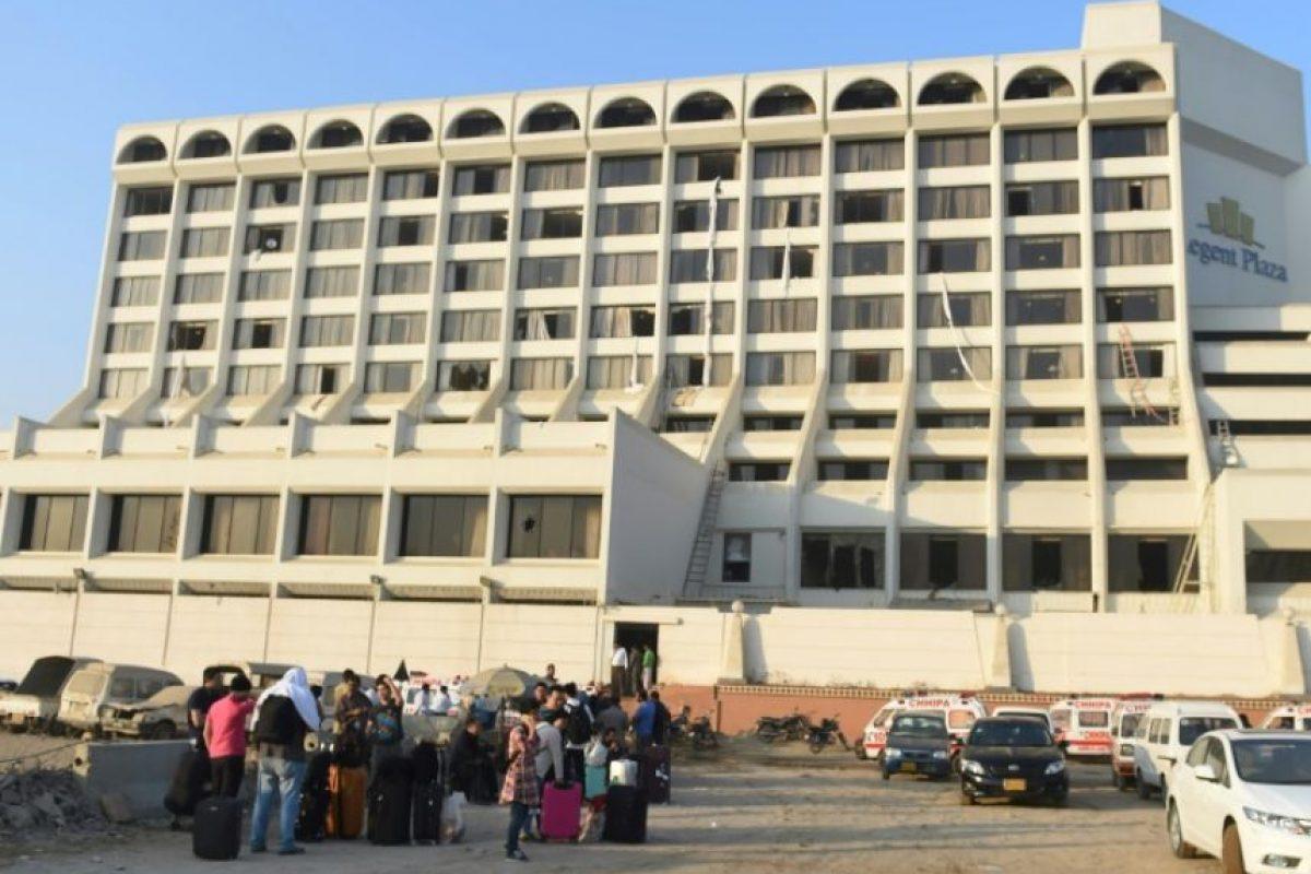 Los huéspedes del Regent Plaza Hotel se congregan fuera tras el incendio de este establecimiento hotelero en la ciudad de Karachi, Pakistán, el 5 de diciembre de 2016 Foto:Rizwan Tabassum/afp.com
