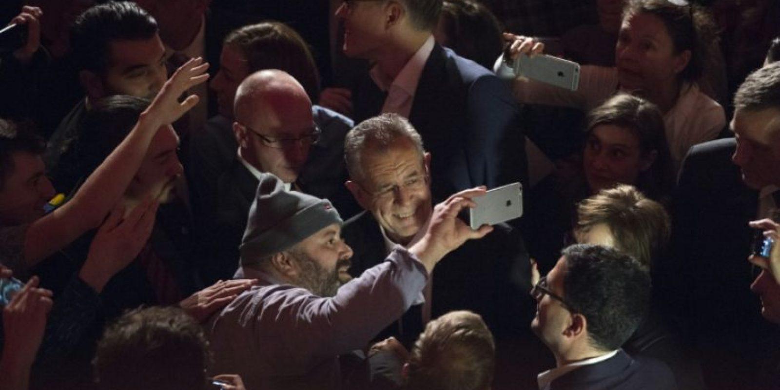 Un partidario del candidato presidencial ecologista austríaco Alexander Van der Bellen (C) se toma una selfi con él en la fiesta por la victoria en las elecciones, en Viena, el 4 de diciembre de 2016. Foto:JOE KLAMAR/afp.com
