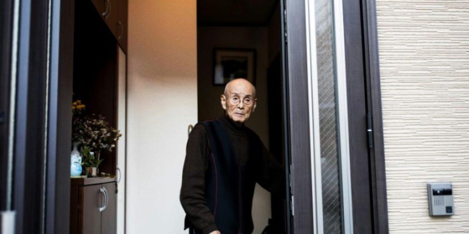 El veterano de guerra japonés Kuniyoshi Takimoto, mecánico militar durante la ofensiva a Pearl Harbor de 1941, en el portal de su casa en Osaka, durante una entrevista a la AFP el 3 de diciembre de 2016 Foto:Behrouz Mehri/afp.com