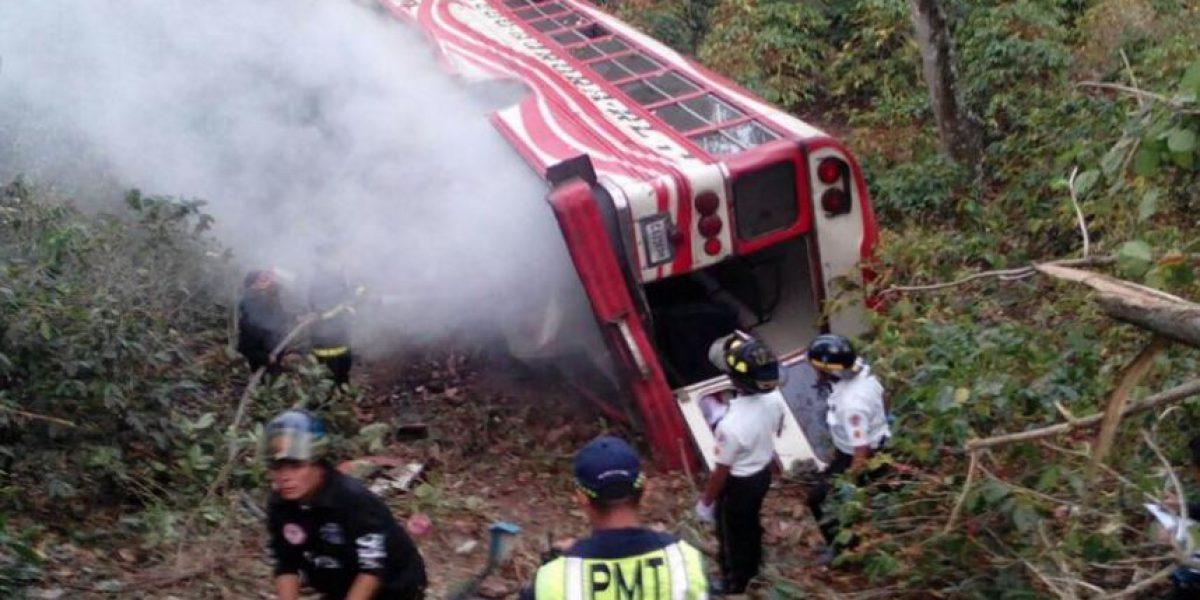 Autobús cae a barranco en El Tablón, Villa Canales