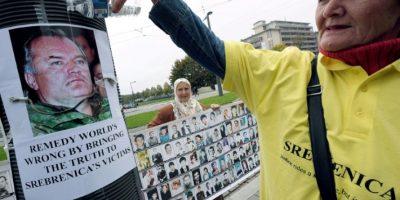 Miembro de la asociación Madres de Sbrenica vierte agua sobre una imagen del exjefe militar de los serbios de Bosnia, Ratko Mladic, durante una manifestación frente al Tribunal Europeo de Derechos Humanos, en Estrasburgo, el 11 de octubre de 2012 Foto:Frederick Florin/afp.com