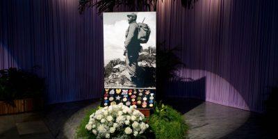 n esta foto del 28 de noviembre de 2016, rosas blancas y medallas sirven de base para un retrato del fallecido líder Fidel Castro en la Plaza de la Revolución, el sitio donde se rindieron dos días de homenajes al expresidente en La Habana, Cuba. Castro falleció a los 90 años y el gobierno declaró nueve días de luto nacional. Foto:Ramón Espinosa / AP Foto