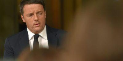 El primer ministro de Italia, Matteo Renzi, anuncia su renuncia durante una conferencia de prensa en el Palazzo Chigi tras los resultados de la votación para un referéndum sobre reforma constitucional, el 4 de diciembre de 2016, en Roma. Foto:Andreas SOLARO/afp.com