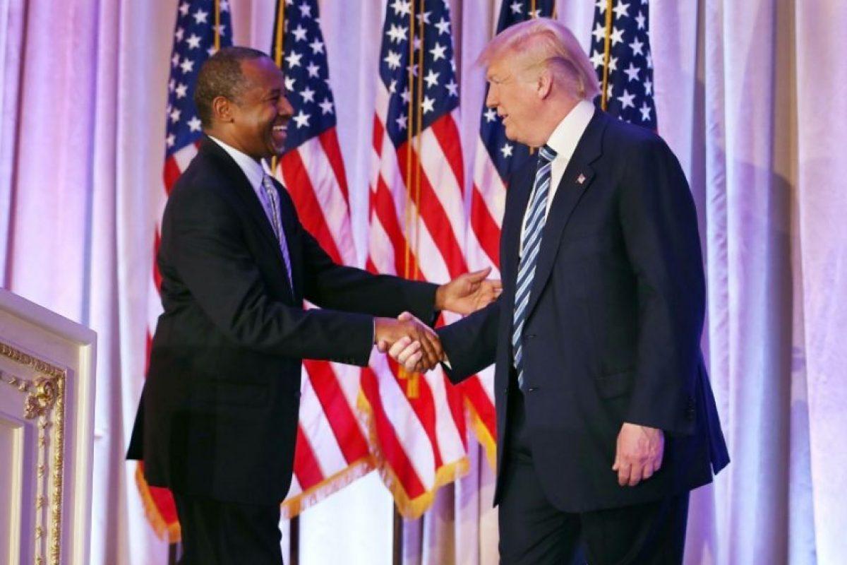 El magnate Donald Trump y el neurocirujano retirado Ben Carson se dan la mano en el Club Mar-A-Lago, en Palm Beach, Florida (EEUU), el 11 de marzo de 2016 Foto:Joe Raedle/afp.com