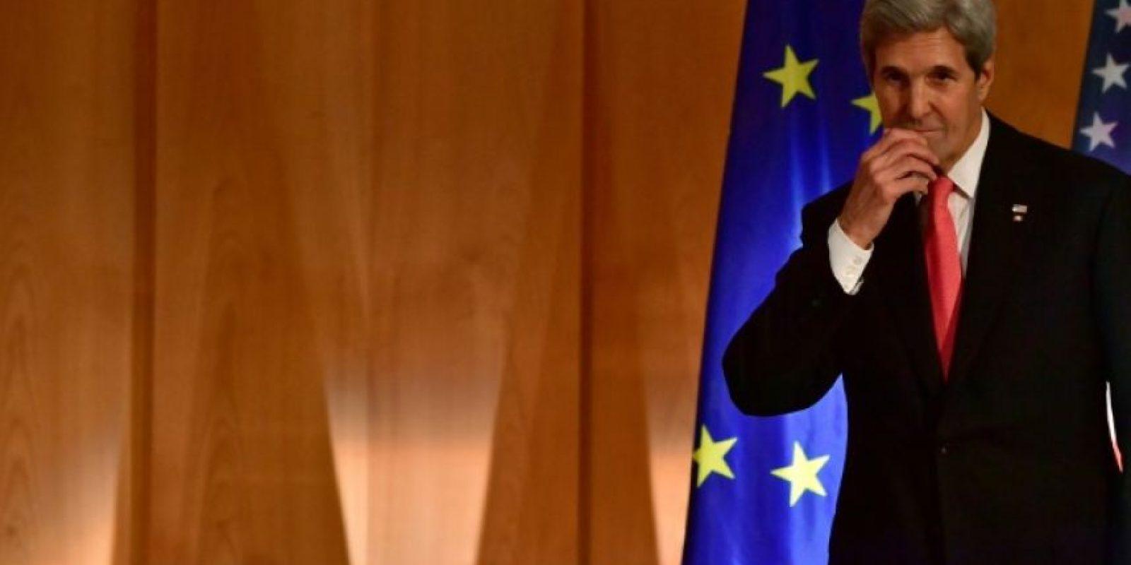 El secretario de Estado saliente de Estados Unidos, John Kerry, sube al palco para un discurso antes de recibir del gobierno alemán la Gran Cruz del Orden al Mérito, en la sede del Ministerio de Exteriores, el 5 de diciembre de 2016, en Berlín. Foto:John MACDOUGALL/afp.com