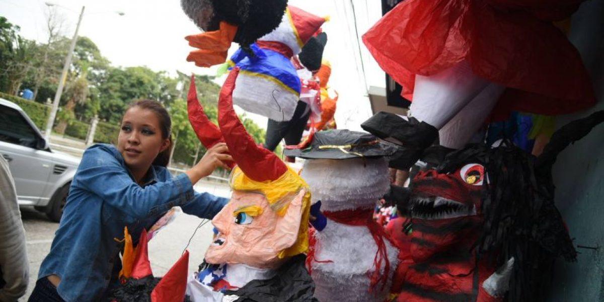 Piñatas del diablo y de Donald Trump diabólico están listas para ser quemadas el 7 de diciembre