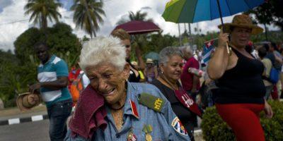 En esta foto del 3 de diciembre de 2016, la excombatiente del ejército revolucionario Paulina Ballard, de 81 años, llora después de ver la caravana que trasladó las cenizas del líder cubano Fidel Castro hasta Santiago de Cuba, en el oriente de la isla. Foto:Ramon Espinosa / AP Foto