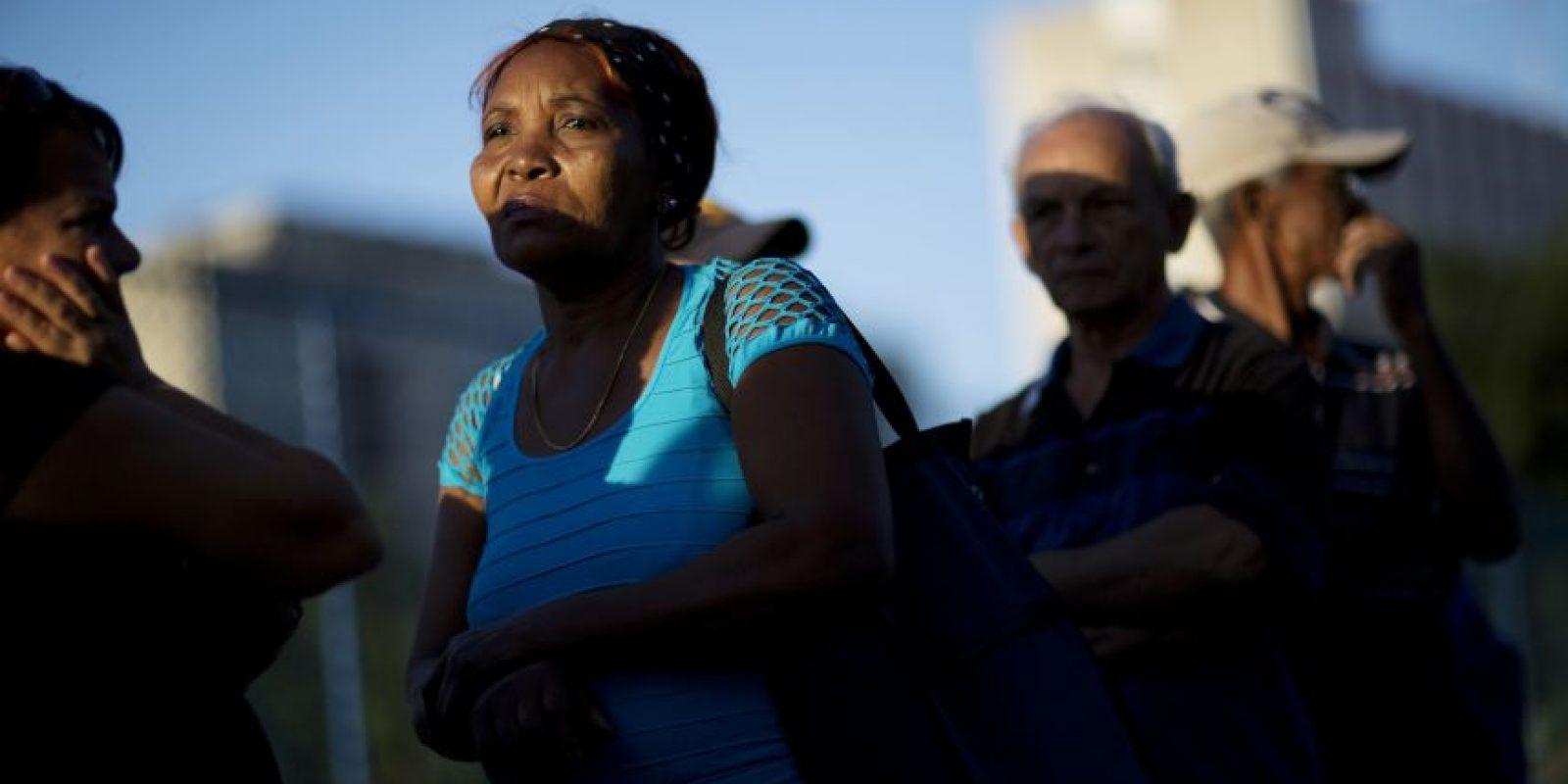 En esta foto del 28 de noviembre de 2016, la gente espera en fila para rendir el último homenaje al líder Fidel Castro, en La Habana, Cuba. El gobierno cubano declaró nueve días de luto nacional tras la muerte del expresidente a los 90 años. Foto:Rodrigo Abd / AP Foto