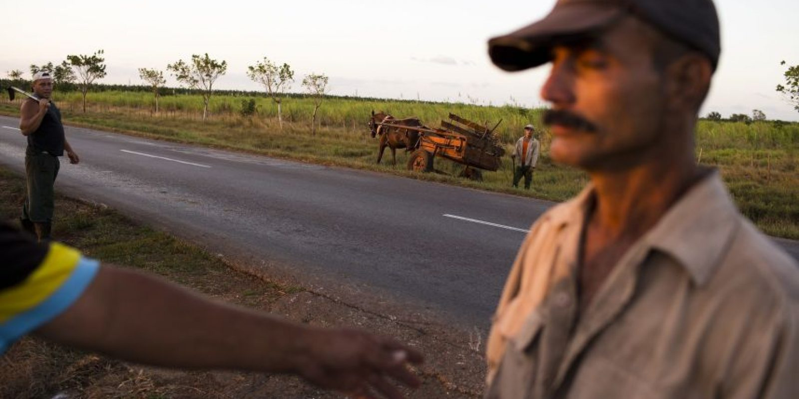 n esta foto del 29 de noviembre de 2016, trabajadores se reúnen luego de limpiar las orillas de un camino por el que pasarían la caravana con los restos del líder Fidel Castro en Santa Elena,en la provincia de Ciego de Ávila, Cuba. Foto:Rodrigo Abd / AP Foto