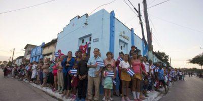 En esta foto del 30 de noviembre de 2016, la gente aguarda la llegada de la caravana con los restos del líder cubano Fidel Castro en Esperanza, Cuba. Castro murió el 25 de noviembre a los 90 años. Foto:Ricardo Mazalán / AP Foto