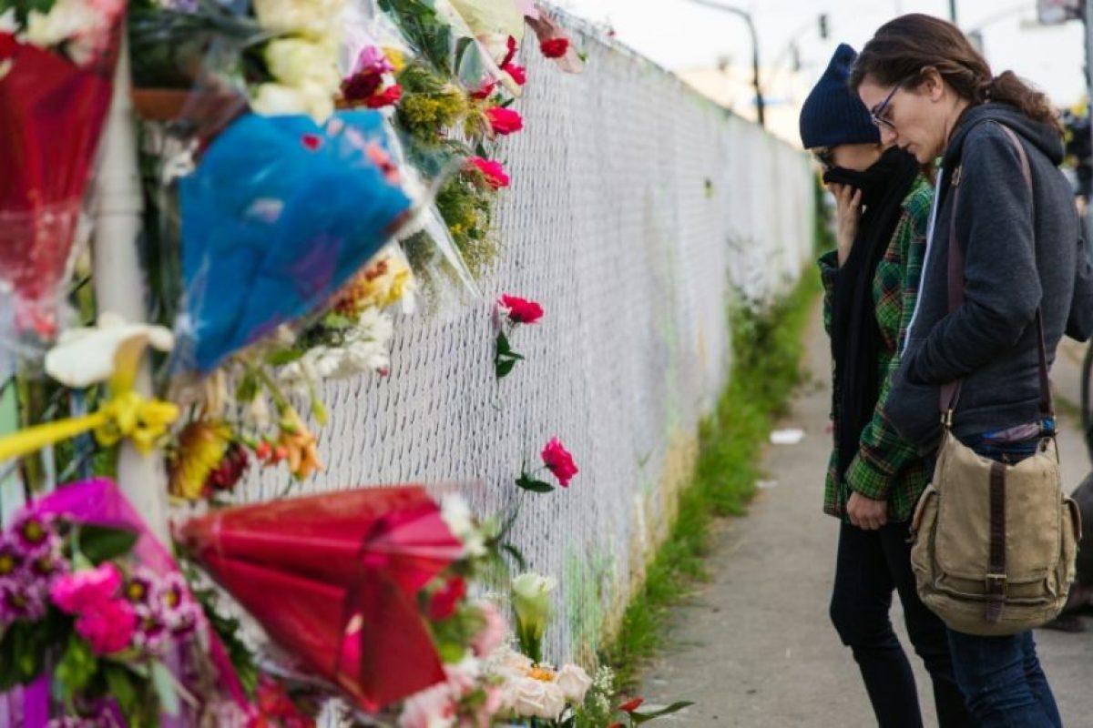 Dos chicas frente a un homenaje a las víctimas de un incendio en Oakland (California), cerca del lugar del accidente, el 4 de diciembre de 2016 Foto:Nick Otto/afp.com