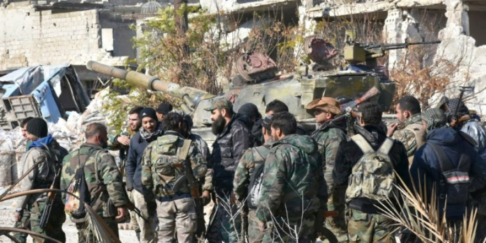Las fuerzas progubernamentales sirias se concentran el 4 de diciembre de 2016 en el barrio de Myessar de Alepo, en el marco para recuperar el control de la totalidad de la segunda ciudad del país Foto:George Ourfalian/afp.com