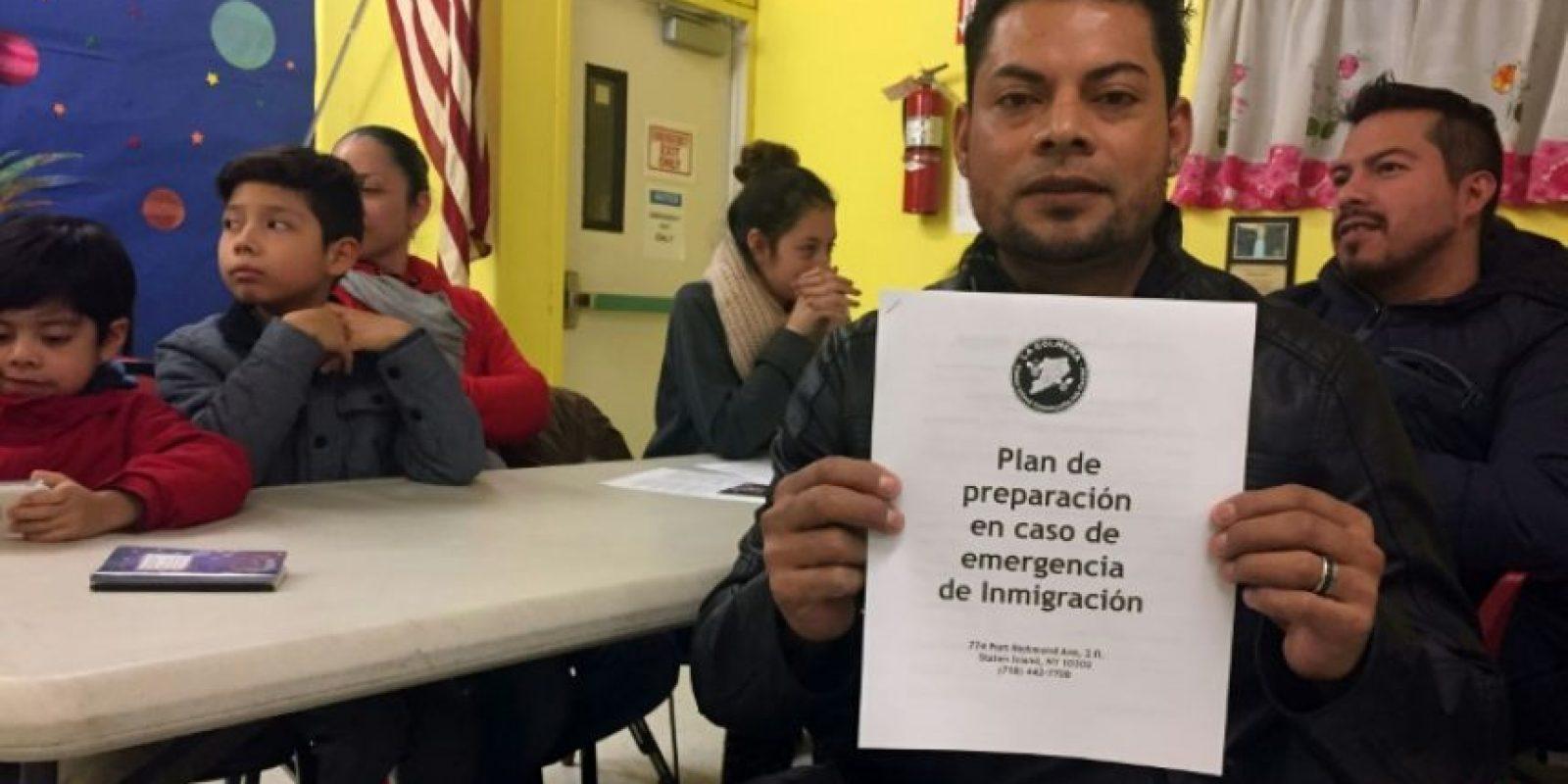 Jesús Morán, un obrero de la construcción mexicano, muestra el plan de emergencia durante una reunión de inmigrantes indocumentados en el centro comunitario La Colmena, en Staten Island, Nueva York, el 5 de diciembre de 2016 Foto:Laura Bonilla Cal/afp.com