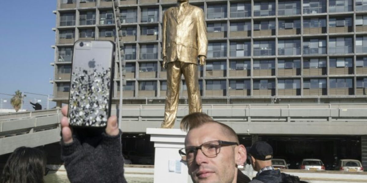 Instalan, como protesta, estatua dorada de Netanyahu en Tel Aviv