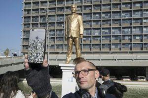 Un hombre se toma un selfi con una estatua del primer ministro israelí Benjamin Netanyahu, hecha por el artista israelí Itai Zalait como una forma de protesta contra el dirigente y colocada sin permiso oficial fuera de la alcaldía de Tel Aviv, el 6 de diciembre de 2016. Foto:JACK GUEZ/afp.com