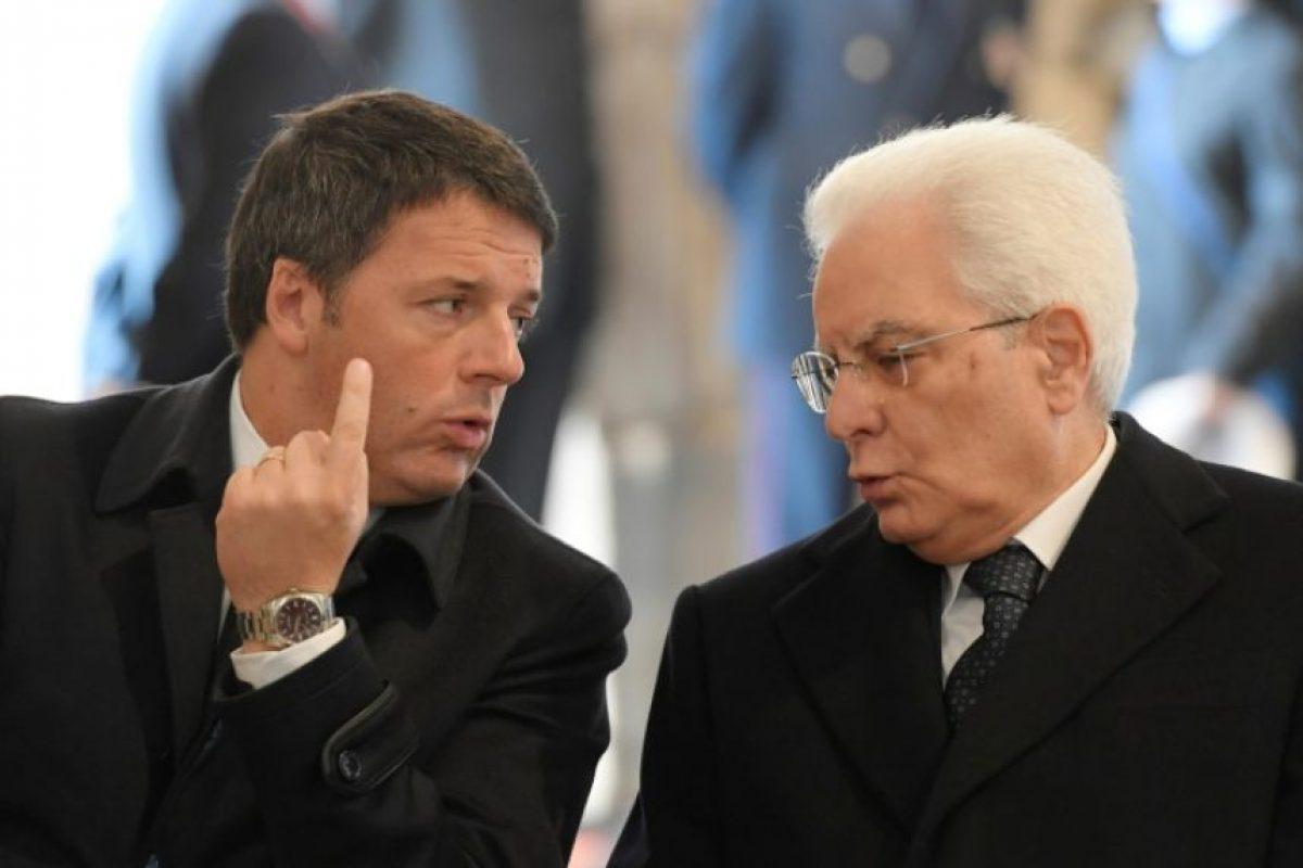 El presidente de Italia Sergio Mattarella habla con el primer ministro Matteo Renzi el 20 de noviembre de 2016 en Ciudad del Vaticano Foto:Tiziana Fabi/afp.com