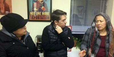Inmigrantes indocumentadas hablan con Gonzalo Mercado, el director del centro comunitario La Colmena, en Staten Island, Nueva York, el 5 de diciembre de 2016 Foto:Laura Bonilla Cal/afp.com