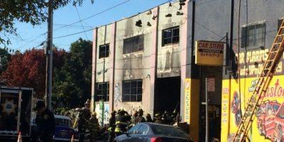 Los bomberos inspeccionan un edificio incendiado durante una fiesta de música electrónica en Oakland, California (EEUU), el 2 de diciembre de 2016 Foto:Virginie Goubier/afp.com